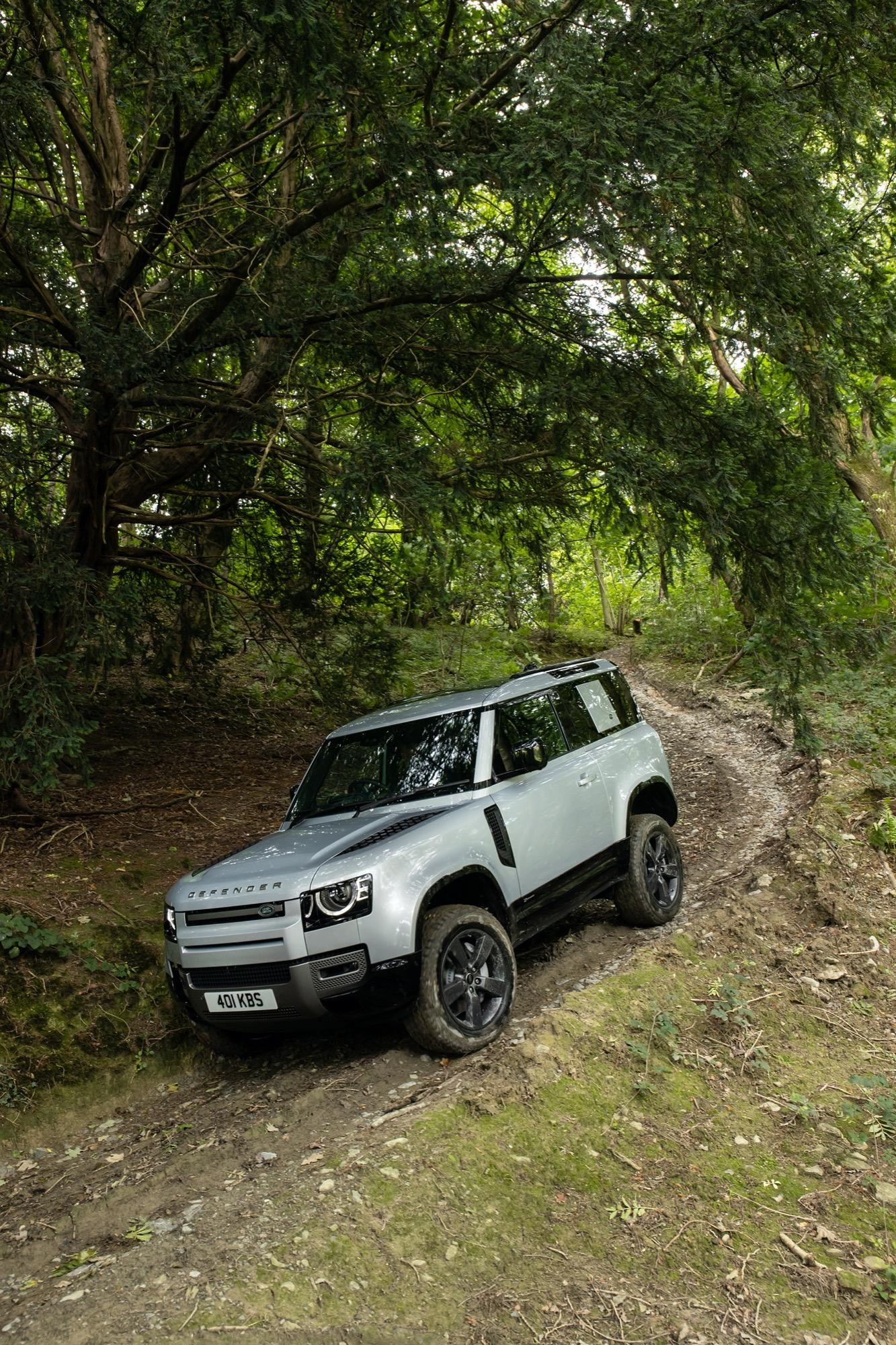 Land Rover Defender 2021, arrivano la plug-in hybrid e la ...